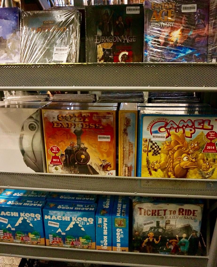 イギリスのボードゲームショップ『Orcs Nest』:ボードゲーム棚2